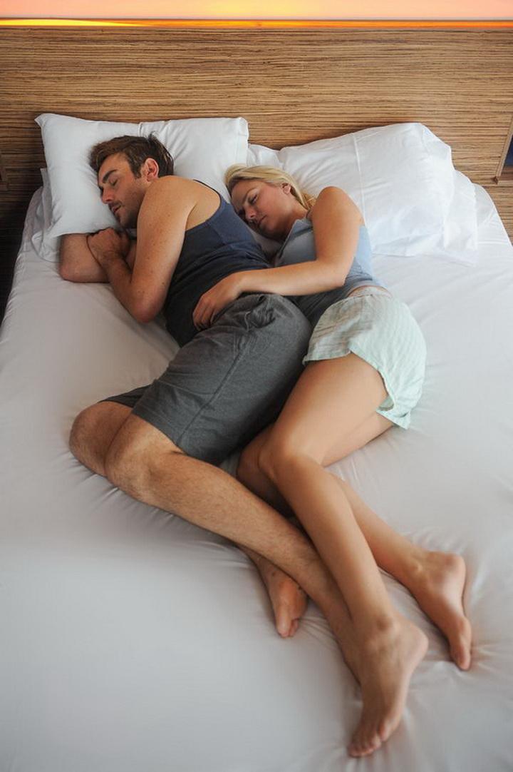 жена лежит на спине муж ее трахает вошел совсем неглубоко