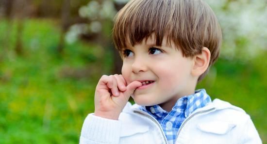 Вопрос - почему ребенок грызет ногти и как отучить ребенка грызть ногти, всегда очень волнует родителей