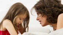 Если вы видите, как ваш ребёнок ударил другого, сначала подойдите к его жертве. Поднимите обиженного малыша и скажите: «Он не хотел обидеть тебя». Затем обнимите его, поцелуйте, успокойте. Таким образом вы лишите внимания своего ребёнка, перенеся его на товарища по играм. Внезапно ваше чадо заметит, что веселье кончилось и он остался в одиночестве. Обычно требуется повторить это 2—3 раза — и драчун поймёт, что агрессивность не в его интересах.