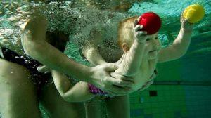 Обучаем грудничков плаванью